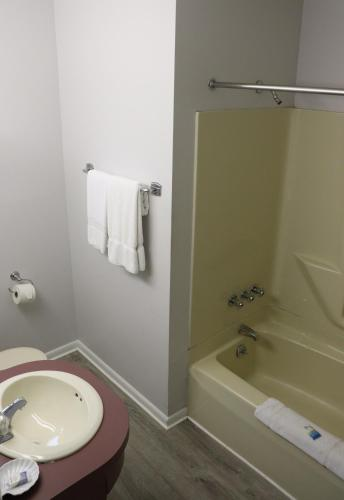 Admiral Motel - image 10
