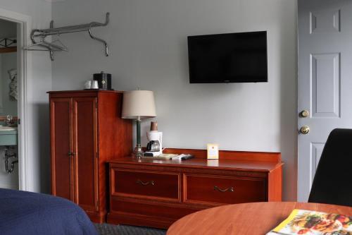 Admiral Motel - image 12