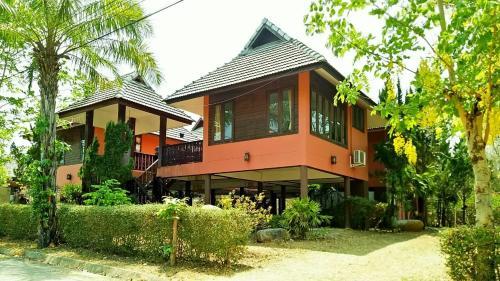 Baan Ratana Hostel-king size bedrooms Baan Ratana Hostel-king size bedrooms