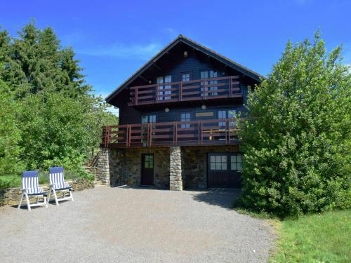 . Quaint Chalet in Saint-Hubert with Hill View