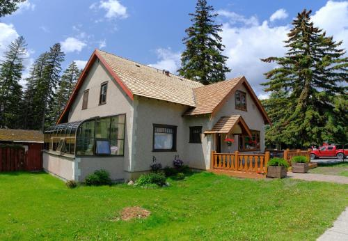 Riverfront Estate Bed&Breakfast Banff - Banff, AB T1L 1A7