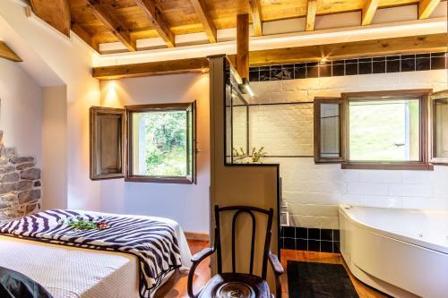 Suite Deluxe con bañera de hidromasaje Casona de El Castañíu 3