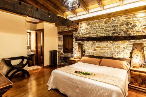 Habitación Doble Deluxe con balcón - 1 o 2 camas Casona de El Castañíu 2