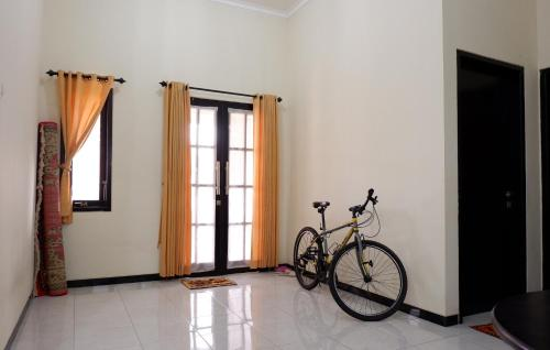 Villa Daryn For Family Only - 2 Bedrooms, Malang