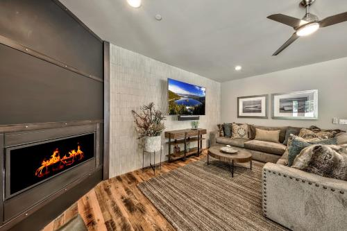 Gorgeous 5 Bedroom Home - Short Walk To Lake Tahoe Townhouse Main image 2