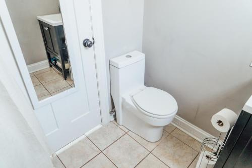 Spacious 2BR Apt Close to Airport with Parking C1 Main image 2