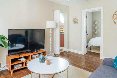 Spacious 2BR Apt Close to Airport with Parking C1