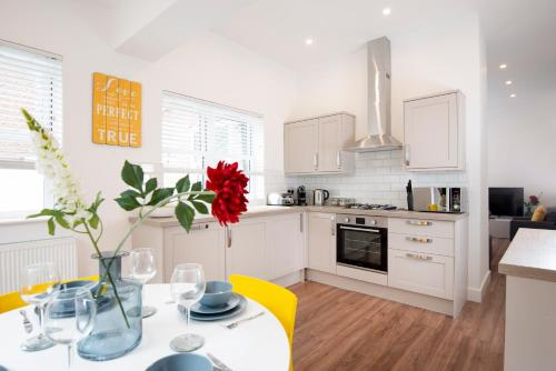 . Bright And Airy 2 Bed Ground Floor Garden Apartment In Hereford House Free Superfast Wifi Walking Distance To Central Southsea And The Beach