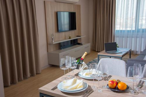 Premier Apartment with Balcony - Free Parking and Wifi