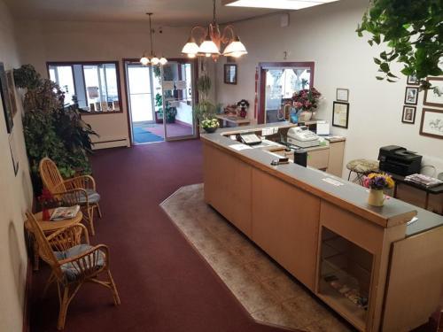 Lakewood Inn - Photo 7 of 13