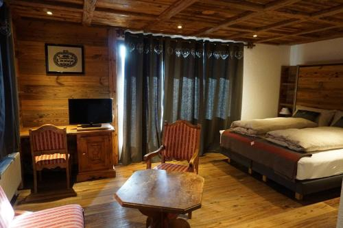 Chalet Junior Suite with Balcony and Mountain View