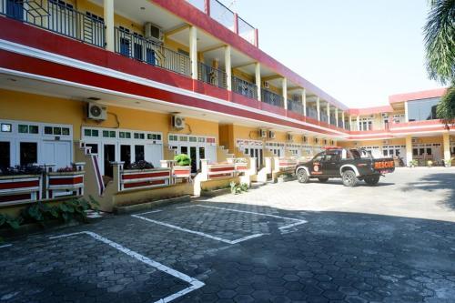 . RedDoorz Plus near Stadion Wijaya Kusuma