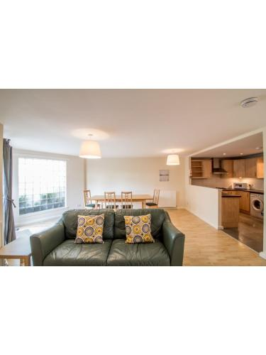 Immaculate 2 Bed House, Sleeps 6, Free Parking
