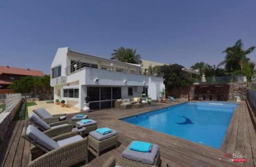 . Luxury Villa with swimming pool Jacuzzi Sea View 300m Front of the Beach