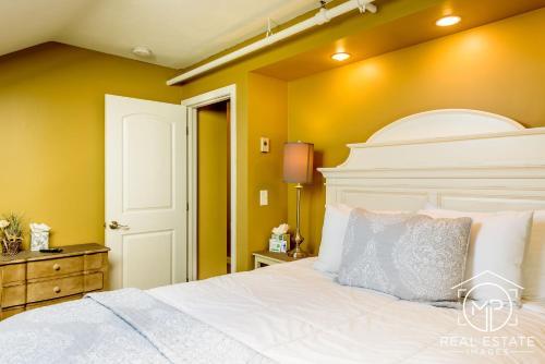 Room 16 - Alberta Apartment - 2 Queen Bedrooms
