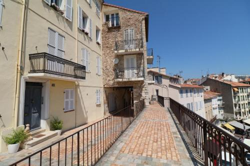 1 bedroom, 6 min from the Palais, balcony open view city & port 220