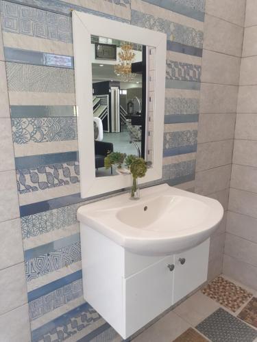 بيت مستقل للايجار مساحة 220متر مع قصعة أرض مزروعة وبئر ماء مع إطلالة مميزة, Tayybeh