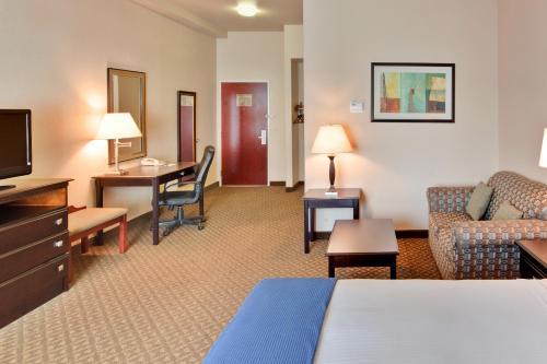Holiday Inn Express Delano Highway 99 - Delano, CA CA 93215