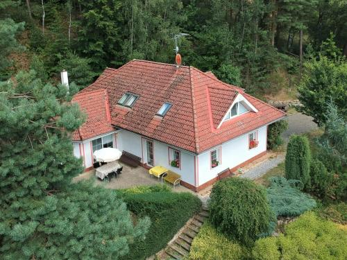 Comfortable detached house with large garden and open views