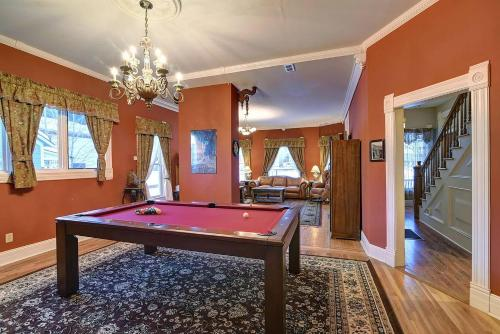 . Governor's Mansion - downtown beautiful space, pool table, pets welcome!