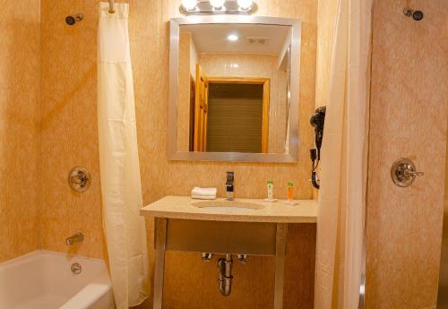 Elmhurst Hotel in New York (NY) - Room Deals, Photos & Reviews