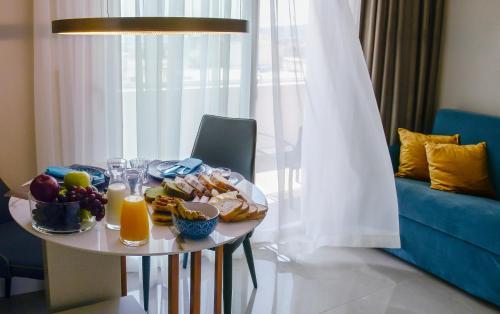 L - Suites, Pension in Kavala