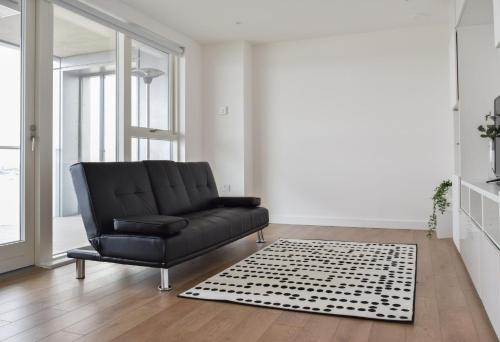 2 Bedroom Riverside Flat In Greenwich With Large Balcony