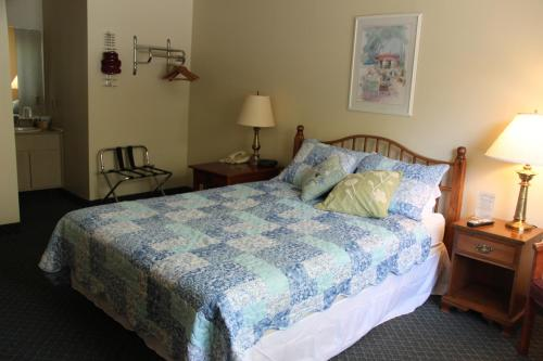 Schooner Bay Motor Inn room photos