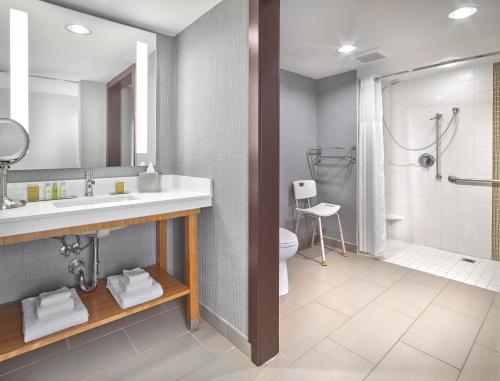 DoubleTree by Hilton Edmonton Downtown - Edmonton, AB AB T5H3V3