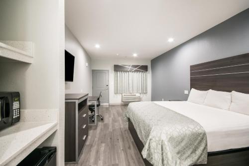 Americas Best Value Inn & Suites Northeast Houston I-610 - image 3