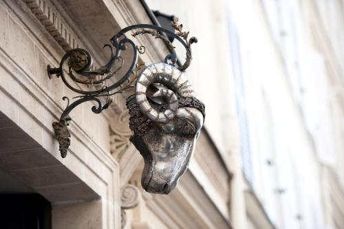 13, rue des Beaux-Arts, Paris, 75006, France.
