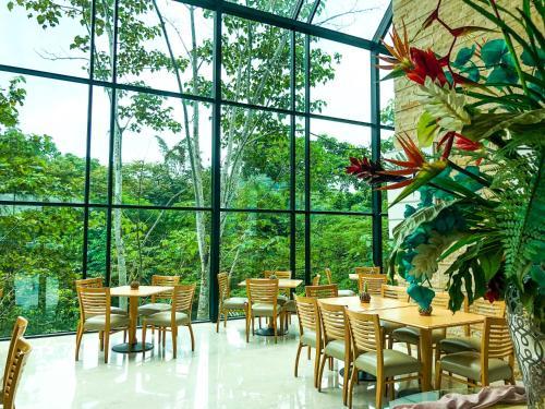 . Summit Rainforest & Golf Resort