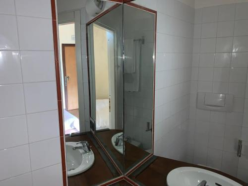 Einzelzimmer mit eigenem Bad (Single Room with Private Bathroom)