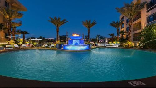 . Palacio Scottsdale Luxury King Top Floor~Rooftop Lounge~Walk to Shopping & Dining with Parking