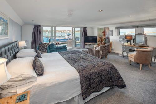 . Houseboat Harbourside View