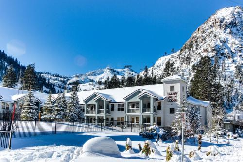 Ski-In Ski-Out Squaw Valley Lodge Slopeside Townhome - Hotel - Olympic Valley