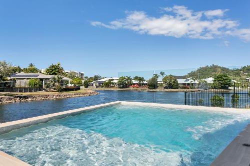 Isle Be Back Trinity Beach Waterfront Brand New Luxury House With Pool