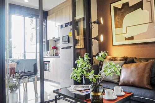 a Minute Walk To Sky Train - Fully furnished - WIFI a Minute Walk To Sky Train - Fully furnished - WIFI
