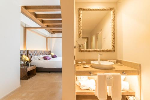 Suite Junior con balcón Hotel Creu de Tau Art&Spa-Adults only 4