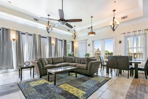 . Hosteeva Luxury 4 BR Modern Condo on Carondelet Near All Hot Spots