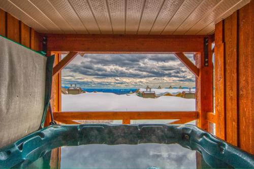 3 BR 3 Bath ski in ski out with private hot tub - Apartment - Big White