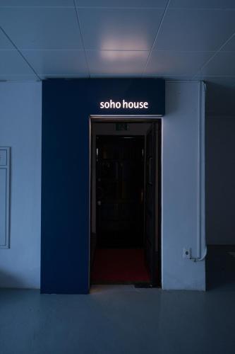 Soho Hotel Airport, Dong