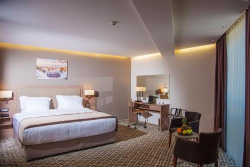 Deluxe Room with King Bed - Free Parking and Wifi