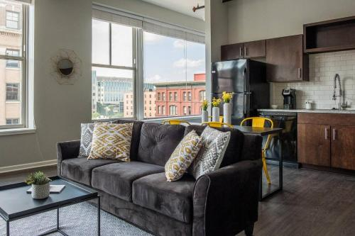 1 BR and 2 BR City Apt with View by Frontdesk