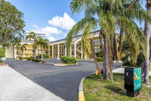 . Quality Inn Palm Beach International Airport