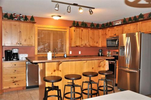Large Dog Friendly Chalet with Private Hot Tub - Hotel - Big White