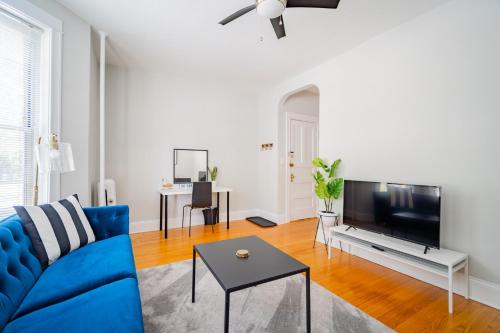 . Group 2BR in Upbeat Local Scene of Wrigley Field