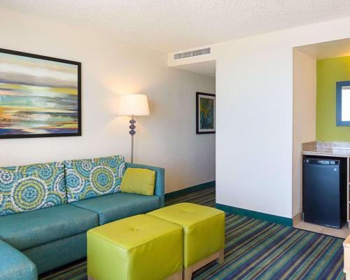 Comfort Suites Beachfront Main image 2