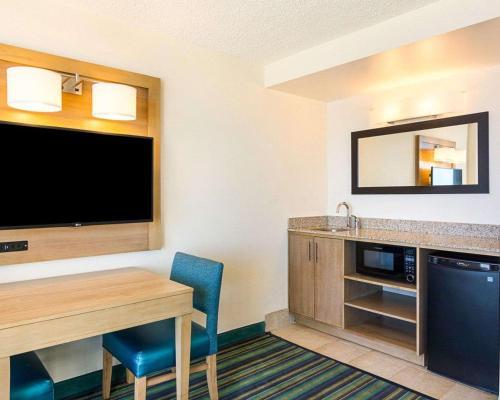 Comfort Suites Beachfront Main image 1