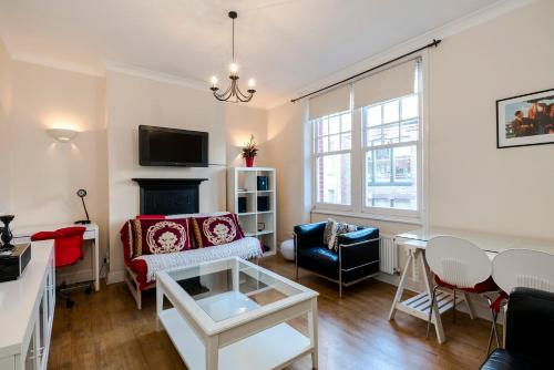 2 Bedroom Modern Apartment On Historic Marylebone Lane, London